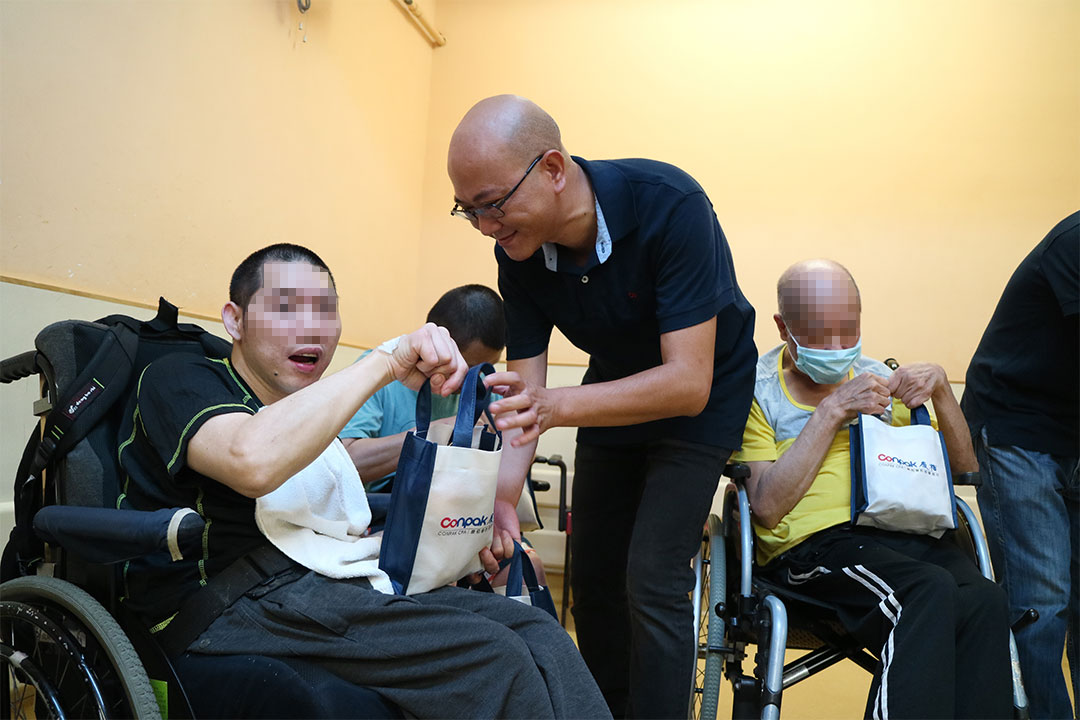 Volunteers visited the disabled at On Ting Estate in Tuen Mun